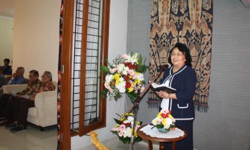 Pdt. Dr. Liesje A. Sumampouw, Th.M. menyampaikan khotbah dari Yes. 9:5.