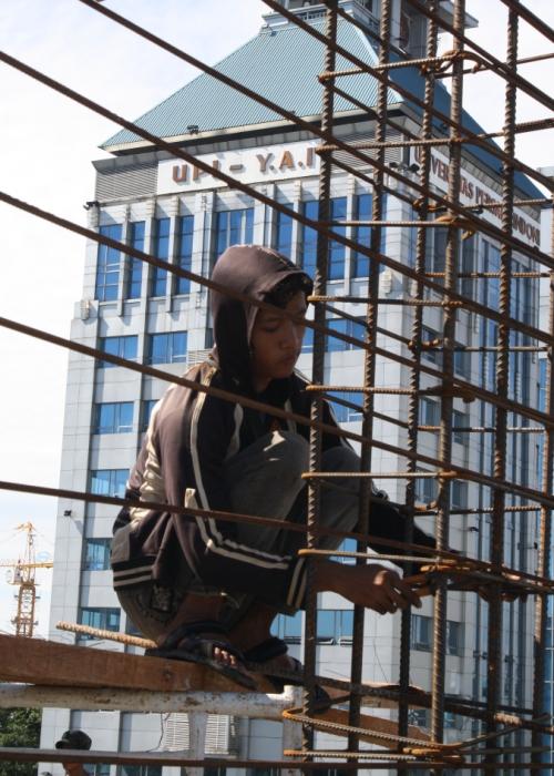 Seorang pekerja sedang menyusun rangka besi di lantai 4 Gedung PGI (Grha Oikoumene) yang masih dalam proses pembangunan.  Foto by: Markus Saragih.