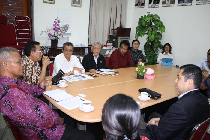 Suasana percakapan antara Hary Tanoesoedibjo dan Pdt. Dr. A. A. Yewangoe beserta yang lainnya.