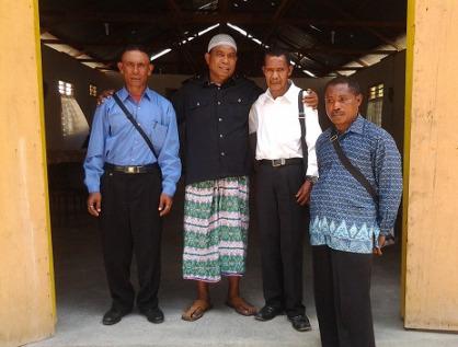 Rajab Fukalang (kedua dari kiri) berfoto bersama anggota Majelis Jemaat GMIT Effata, di pintu gereja tersebut yang berlokasi di Kecamatan Sagulung, Kota Batam, Kepulauan Riau. (foto: Eddy Mesakh)