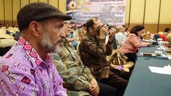 Pdt. Dr. Karel Erari (pakai topi) tampakmengikuti acara penutupan KGM (15/5/2014). Foto: HeLo.