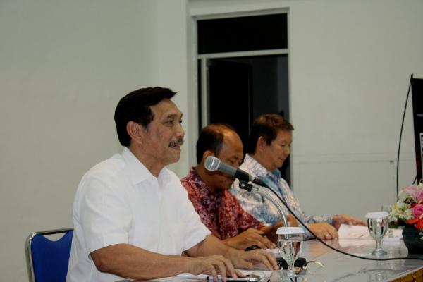 Tampak dari depan ke belakang: Luhut Panjaitan (Tim Sukses Jokowi-JK), Romo Edi Purwanto (moderator), Hashim S. Djojohadikusuma (Tim Sukses Prabowo-Hatta). Foto: MS.