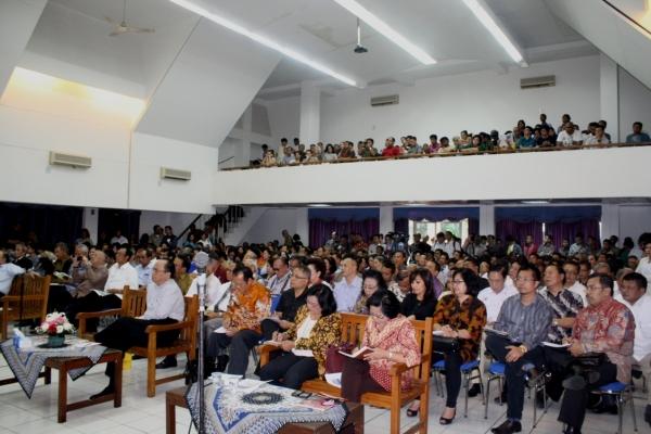 Diskusi Publik PGI sangat dipadati pengunjung, sehingga Aula STT Jakarta penuh sesak (Foto: MS)