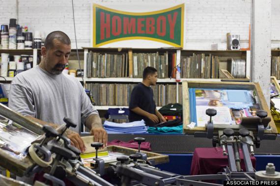 Para pekerja mantan geng pemuda sedang mencetak T-shirt di HomeBoy Industries, Los Angeles (28 Juli 2009). Foto: AP Photo/Philip Scott Andrews.
