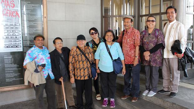 Pendeta Henriette Lebang bersama peserta dari gereja-gereja di Indonesia.