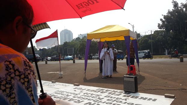 Pendeta Cherly Naray tengah menyampaikan kotbah dihadapan jemaat yang beribadah di seberang Istana Merdeka, Minggu (21/6).