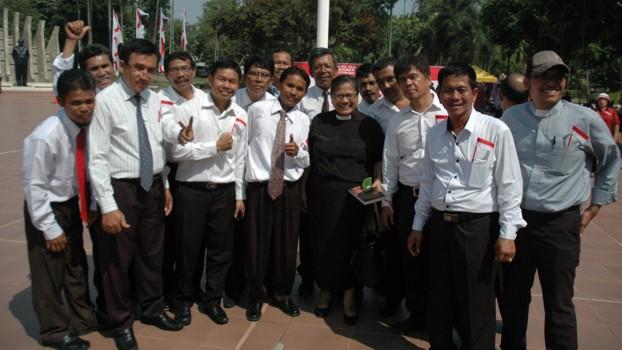 Pendeta Henriette Hutabarat Lebang bersama paduan suara Pria HKBP FIladelfia Bekasi.