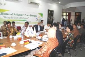 Perwakilan lintas agama dalam diskusi Bring the Unity of Religions