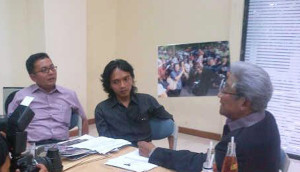 Dr. Adnan Buyung Nasution tengah berdiskusi dengan pengurus GKI Yasmin pada pertemuan di YLBHI, 6 November 2011. (Foto: GKI Yasmin)