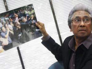 Dr. Adnan Buyung Nasution ketika menjelaskan kasus GKI Yasmin Bogor pada pertemuan di YLBHI pada tanggal 16 November 2011. (Foto: GKI Yasmin)