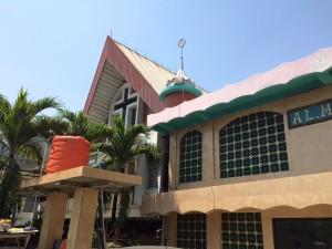 Gedung gereja GMIST Mahanaim yang bersebelahan dengan Masjid.