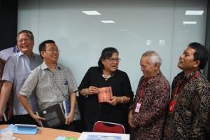 YPDT dan MPH PGI saling memberikan cindramata diakhir pertemuan