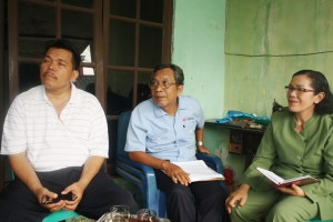 Pdt. darna bersama pengurus Gereja HKBP Keroncong Permai saat menyampaikan terkait penyegelan gereja