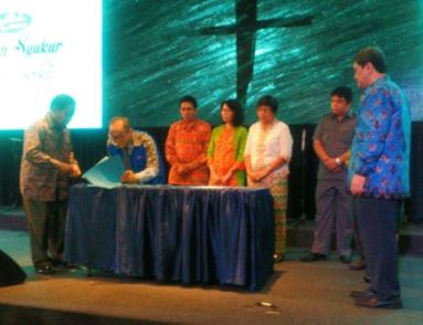 Penandatanganan MOU antara YIC bersama STT Nomensen Medan, STAKN Artha Wacana, STAK Shalom Nias, Yayasan Bina Rajawali dan Yayasan Sumber Sejahtera.