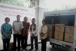 foto bersama sebelum pemberangkatan 70 paket buku di pelatran parkir BPK Gunung Mulia