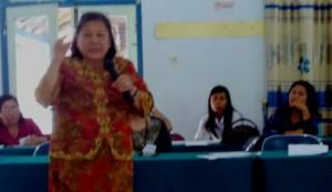 Pdt. Dr. Henriette Hutabarat-Lebang, Ketua Umum PGI, menyampaikan pemikirannya dalam workshop tersebut