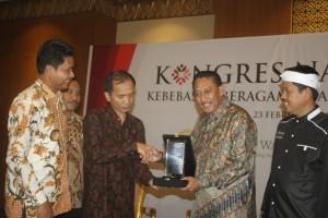 Ketua Komnas HAM Nur Kholis saat menyerahkan plakat kepada Walikota Kupang Jonas Salean dan Bupati Purwakarta Dedi Mulyadi, sebagai daerah yang rendah terhadap pelanggaran hak atas KBB