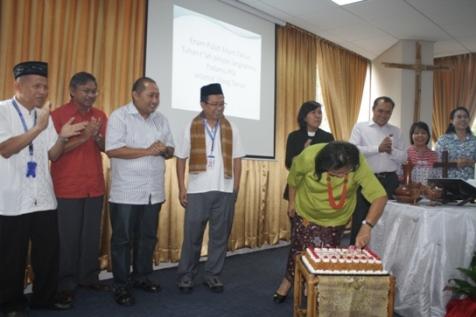 Pemotongan kue ulang tahun oleh KetuaUmum PGI Pdt. Dr. Henriette Hutabarat-Lebang