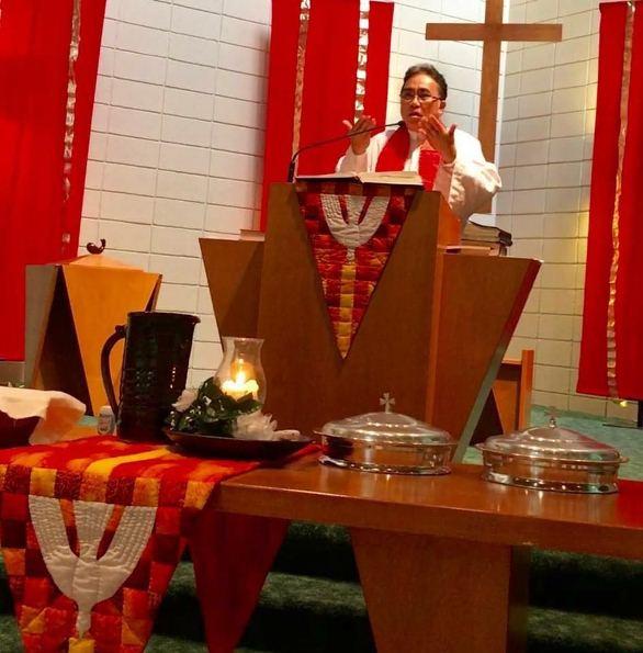 Pastor Tanos saat menyampaikan kotbah