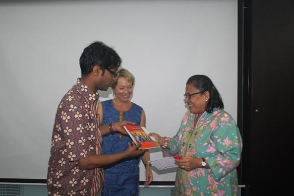 Dr. Peniel Rajkumar memberikan cinderamata kepada Pdt. Henriette Lebang