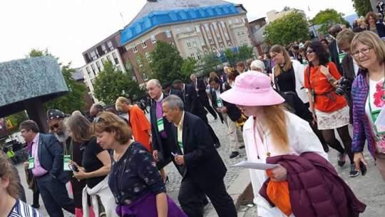 Sekitar 150 Peserta dari seluruh dunia berjalan menuju Katedral Trondheim untuk mengikuti ibadah pembukaan, menjadi simbol arak-arakan atau ziarah bersama untuk mewujudnyatakan keadilan dan perdamaian.