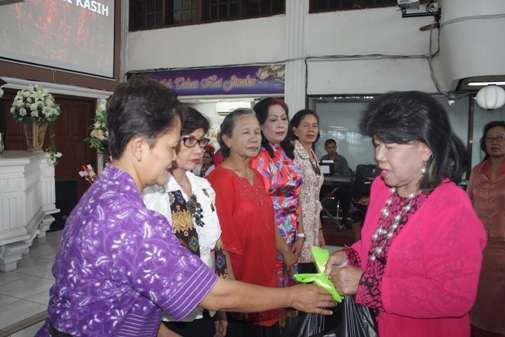 Tina Sipayung, Ketua Komisi Perempuan PGIW DKI Jakarta saat memberikan bingkisan kasih
