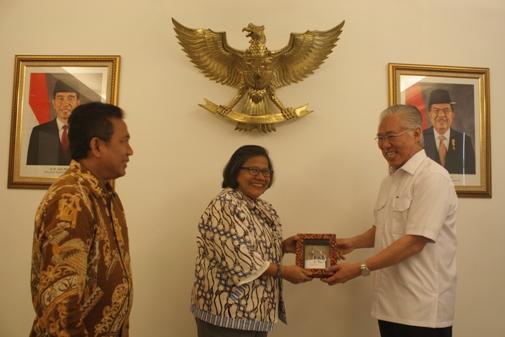MPH-PGI bertukar cinderamata dengan Menteri Perdagangan RI diakhir dialog