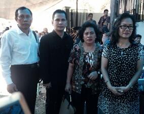 Pdt. Krise Anki Gosal (kanan ujung) bersama Pengurus PGIW Kaltim di rumah duka