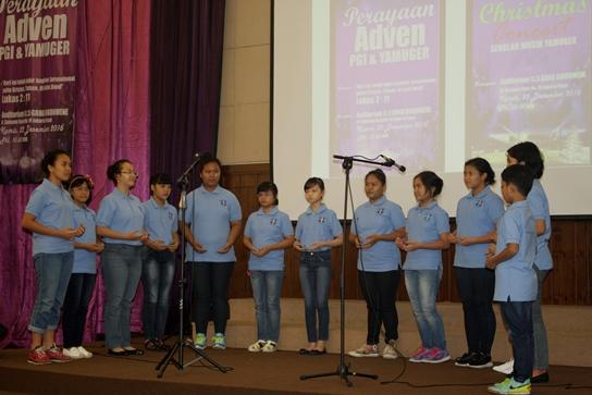 Murid-murid Sekolah musik YAMUGER menaikkan pujian Natal