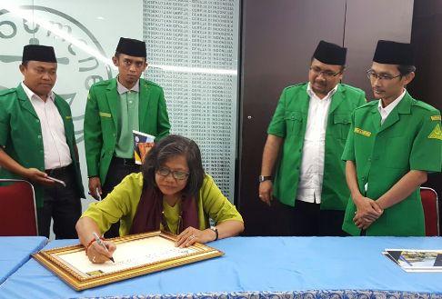 Ketum PGI, Pdt. Dr. Henriette Hutabarat-Lebang saat menandatangani prasasti yang berisi pesan kepada GP Ansor di HUT ke 83
