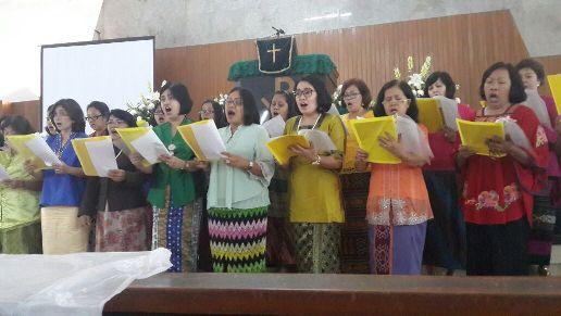 Paduan Suara Komisi Perempuan HKBP Sudirman mempersembahkan puji-pujian