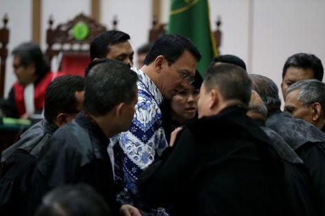 Basuki Tjahaja Purnama atau Ahok berkonsultasi dengan kuasa hukumnya usai pembacaan putusan di Pengadilan Negeri Jakarta Utara di Auditorium Kementerian Pertanian, Jakarta Selatan, Selasa (9/5/2017). Ahok dan kuasa hukumnya menyatakan banding.