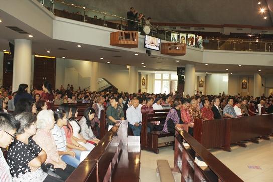 Jemaat berkumpul bersama di Gereja Katolik Santo Yakobus