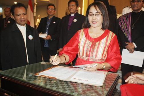 Pdt. Dr. Lintje H. Pellu saat menandatangani naskah Doa Syukur untuk Tanah Air Indonesia